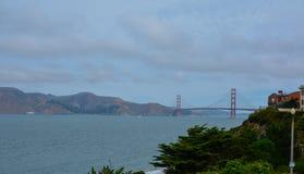 Golden gate bridge nell'ora legale nuvolosa immagini stock libere da diritti