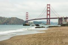 Golden gate bridge no dia nebuloso Fotos de Stock Royalty Free