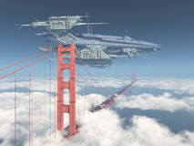 Golden gate bridge och enormt rymdskepp Royaltyfri Bild