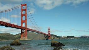 Golden gate bridge och fjärd med vågor lager videofilmer