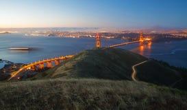 Golden gate bridge och San Francisco på soluppgång Royaltyfri Fotografi