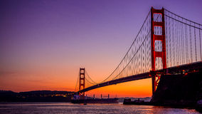 Golden gate bridge och toppen tankfartyg arkivfoton