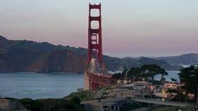 Golden gate bridge op de achtergrond van de zonsonderganghemel in San Francisco stock video