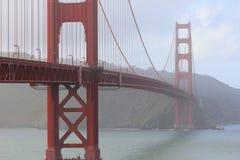 Golden gate bridge op een bewolkte avond Stock Foto's