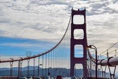 Golden gate bridge-Opschortingskabels en het Silhouet van de Zuidentoren royalty-vrije stock afbeeldingen