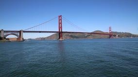 Golden gate bridge over blauwe wate stock videobeelden