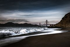 Golden gate bridge på skymning från bagaren Beach fotografering för bildbyråer