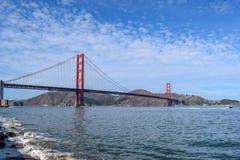 Golden gate bridge-Panorama dat van Strand op Sunny Day wordt gezien stock fotografie