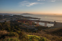 Golden Gate Bridge podejścia struktura Brać od Bateryjnego spenceru Podczas wschodu słońca w San Fransisco, Kalifornia Fotografia Royalty Free
