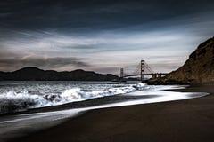 Golden Gate Bridge przy półmrokiem od piekarz plaży obraz stock