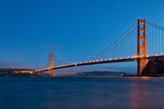 Golden Gate Bridge przy zmierzchem od fortu piekarza Fotografia Royalty Free