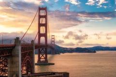 Golden gate bridge in San Francisco bei Sonnenuntergang Lizenzfreie Stockfotos