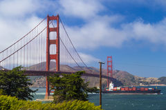 Golden gate bridge, San Francisco, Californië, de V.S. en het passying door containerschip Royalty-vrije Stock Fotografie