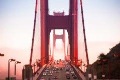 Golden gate bridge, San Francisco e traffico un giorno nebbioso Immagini Stock