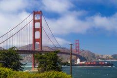 Golden gate bridge, San Francisco, Kalifornien, USA och passying med behållareskeppet Royaltyfri Fotografi