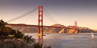 Golden gate bridge San Francisco med seglar fartyget Royaltyfri Bild