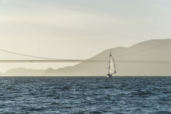 Golden gate bridge-Segeljacht auf Sonnenuntergang-Landschaft Lizenzfreie Stockbilder