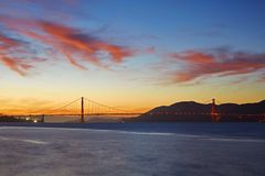 Golden gate bridge sob o por do sol Fotografia de Stock Royalty Free