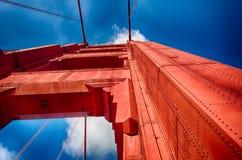 Golden gate bridge som ser upp, horisontal Royaltyfri Fotografi