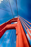 Golden gate bridge (som ser upp, lodlinje) Arkivfoton