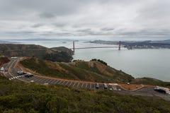 Golden gate bridge som ses i avståndet från klippor Fotografering för Bildbyråer