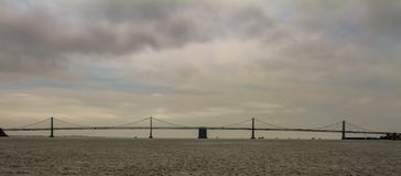 Golden Gate Bridge sylwetkowy na chmurnym niebie obrazy stock