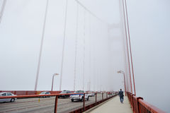 Golden gate bridge täckte vid dimma Royaltyfri Fotografi
