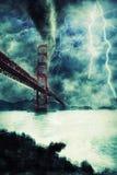 Golden gate bridge tijdens het zware onweer, de regen en de verlichting in Californië royalty-vrije stock fotografie