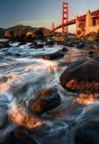 Golden gate bridge tijdens Zonsondergang stock afbeeldingen