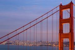 Golden gate bridge-Toren: Schemering Stock Afbeeldingen