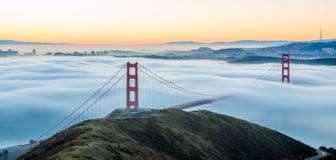 Golden gate bridge unter intensivem Nebel Stockbilder