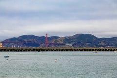 Golden gate bridge utöver San Francisco Pier Arkivbilder