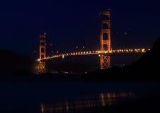 Golden gate bridge van Baker strand bij nacht Stock Afbeeldingen