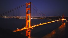Golden gate bridge van batterijspencer bij nacht stock videobeelden