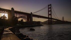 Golden gate bridge vid solnedgångtid arkivfilmer
