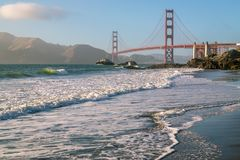 Golden gate bridge Vreedzaam Marshall Beach stock foto's
