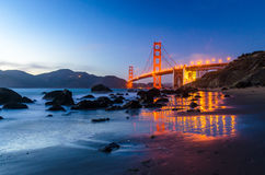 Golden gate bridge während des Sonnenuntergangs, Ansicht vom Strand, Wasserreflexionen Stockfotografie