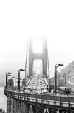 Golden Gate Bridge w mgle z ruchem drogowym Zdjęcia Stock