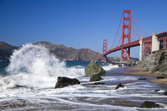 The Golden Gate Bridge w the waves Royalty Free Stock Photos
