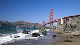 The Golden Gate Bridge w the waves Royalty Free Stock Photography
