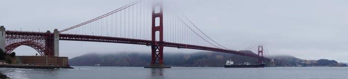 Golden gate bridge in wolken wordt behandeld die royalty-vrije stock afbeelding
