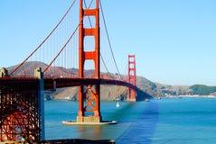 Golden Gate Bridge z żagiel łodzią na słonecznym dniu Zdjęcia Stock