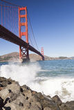 Golden Gate Bridge z fala Obrazy Royalty Free