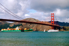 Golden Gate Bridge z Przelotnym zbiornika statkiem i Ferryboat Zdjęcie Stock