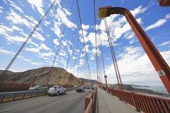 Golden Gate Bridge z turystami i ruchem drogowym Zdjęcia Royalty Free
