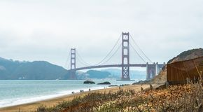 Golden gate bridge zoals die van Baker Beach wordt gezien stock afbeeldingen