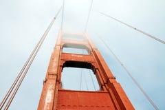 Golden Gate dans un jour brumeux photos stock