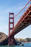 Golden Gate debajo del azul Fotos de archivo libres de regalías