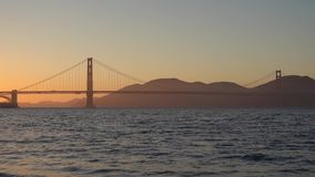 Golden Gate del ponte al paesaggio di San Francisco a tempo di tramonto archivi video