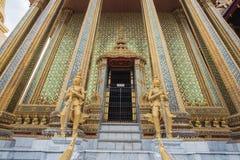 Golden Gate des thailändischen Tempels und goldene Riesen Stockbild
